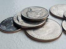 Pilha de moeda das moedas dos E.U. na moeda de dez centavos e nos quartos da liberdade do close up fotografia de stock