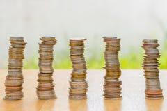 Pilha de moeda na tabela de madeira fotos de stock