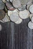 Pilha de moeda no fundo de madeira do teste padrão Fotografia de Stock Royalty Free