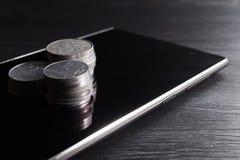 Pilha de moeda no smartphone Fotografia de Stock Royalty Free