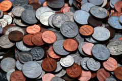Pilha de moedas sortidos dos E.U.