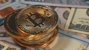 A pilha de moedas de Bitcoin, BTC e as contas dos dólares estão girando video estoque