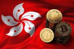 Pilha de moedas de Bitcoin na bandeira de Hong Kong Situação de Bitcoin e de outros cryptocurrencies em Hong Kong Fotografia de Stock