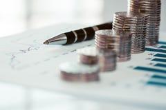 Pilha de moedas com linha carta e gráfico de barra Foto de Stock Royalty Free