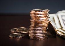 Pilha de moedas de ouro com dinheiro Fotografia de Stock Royalty Free