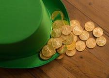 Pilha de moedas de ouro dentro do dia verde do St Patricks do chapéu Fotos de Stock Royalty Free