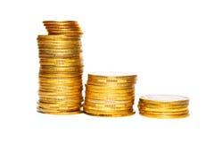 Pilha de moedas de ouro isoladas no close-up branco do fundo Imagem de Stock