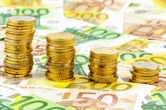 Pilha de moedas do dinheiro, curva de queda Imagem de Stock Royalty Free
