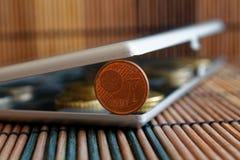 A pilha de moedas do Euro no espelho reflete mentiras da carteira na denominação de bambu de madeira da tabela é um euro- centavo Fotografia de Stock