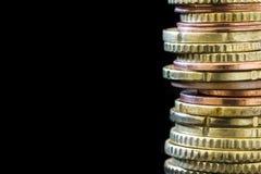 Pilha de moedas do Euro sobre o fundo preto Fotos de Stock