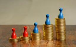 A pilha de moedas douradas representa graficamente ir acima com penhores imagem de stock