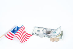 Pilha de moedas e de dólares de conta com a bandeira dos EUA no branco, negócio Fotos de Stock