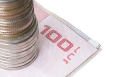 Pilha de moedas na conta com o trajeto de grampeamento isolado na parte traseira do branco Foto de Stock Royalty Free
