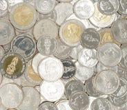Pilha de moedas novas do baht tailandês fotos de stock