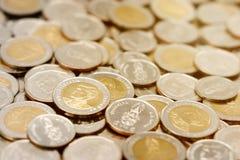 Pilha de moedas novas do baht tailand?s fotos de stock