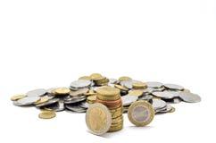 Pilha de moedas perto de um montão das moedas Imagens de Stock