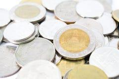 pilha de moedas tailandesas do banho Fotografia de Stock