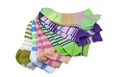 Pilha de muitas peúgas listradas coloridas dos pares isoladas no branco Imagem de Stock