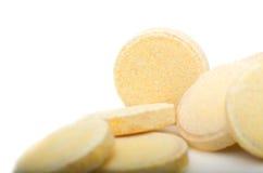 Pilha de muitos comprimidos amarelos pequenos, grupo de vitaminas Comprimidos amarelos Fotografia de Stock