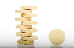 Pilha de muitos comprimidos amarelos pequenos, grupo de vitaminas Comprimidos amarelos Foto de Stock Royalty Free