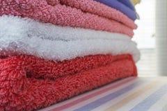 Pilha de multi toalhas de terry coloridas limpas fotos de stock royalty free