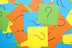 Pilha de notas de papel coloridas com pontos de interrogação Imagens de Stock Royalty Free
