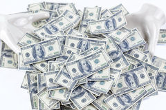 pilha de 100 notas do dólar duas mãos cerâmicas brancas Fotos de Stock Royalty Free