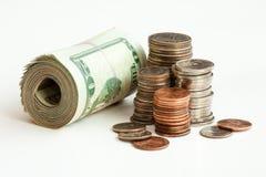 Pilha de notas e de moedas do dinheiro fotos de stock