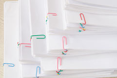 Pilha de original e de relatórios da sobrecarga na tabela de madeira Imagem de Stock