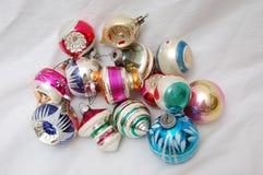 Pilha de ornamento velhos da árvore de Natal fotos de stock royalty free