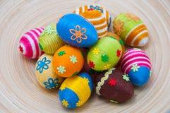 Pilha de ovos de easter na madeira Fotografia de Stock Royalty Free
