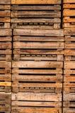 Pilha de páletes de madeira velhas para o fundo Foto de Stock Royalty Free