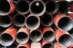 Pilha de pacotes do revestimento intermediário do poço de petróleo foto de stock