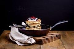 Pilha de panquecas americanas com arando e mirtilo no café da manhã de Pan Wooden Rustic Background Tasty fotos de stock royalty free