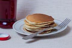 Pilha de panquecas, café da manhã na tabela Fotos de Stock