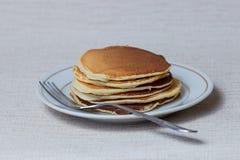 Pilha de panquecas, café da manhã na tabela Imagem de Stock Royalty Free