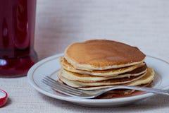 Pilha de panquecas, café da manhã na tabela Imagens de Stock
