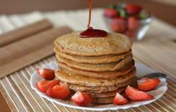 Pilha de panquecas doces com morangos e xarope Foto de Stock Royalty Free