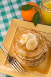 Pilha de panquecas para o café da manhã com suco de laranja Fotos de Stock