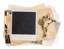 Pilha de papéis velhos com chave Fotografia de Stock