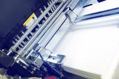 Pilha de papel no escaninho da máquina impressora do offset imagens de stock