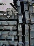 Pilha de partes do metal, colocada densamente, em um terreno de construção urbano na luz do dia, em preto e branco fotografia de stock