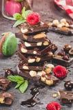 Pilha de partes e de macarons do chocolate Fotografia de Stock Royalty Free