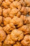 Pilha de pastelarias mouthwatering cozidas frescas do croissant da am?ndoa na cesta Croissants cozidos frescos Uma pilha do crois imagem de stock royalty free
