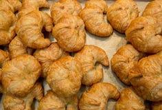 Pilha de pastelarias mouthwatering cozidas frescas do croissant da am?ndoa na cesta Croissants cozidos frescos Uma pilha do crois fotografia de stock