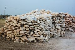 Pilha de pedaços crus de sal de rocha Foto de Stock Royalty Free