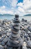 Pilha de pedra no estilo do zen na ilha de Lipe, mar de Andaman de Tailândia foto de stock