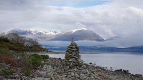 Pilha de pedra no lago Wakatipu na movimentação cênico de Glenorchy, Nova Zelândia imagem de stock royalty free