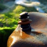 Pilha de pedras, equilíbrio do seixo na praia Foto de Stock