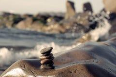 Pilha de pedras, equilíbrio do seixo na praia Fotos de Stock Royalty Free